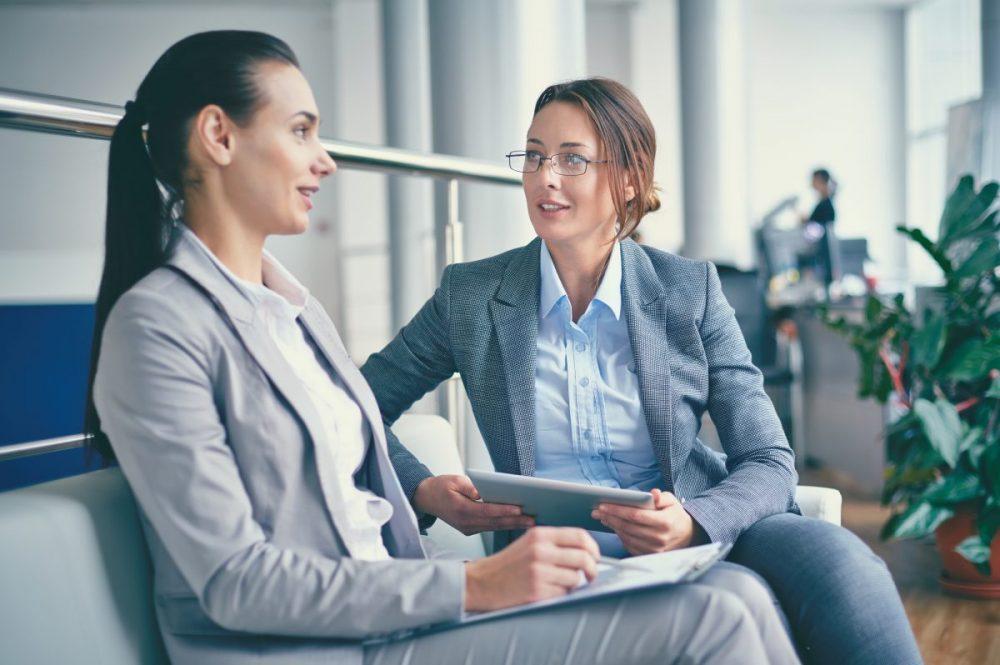 Twee business dames in gesprek