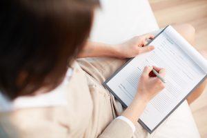 vrouw met formulier voor referentiecheck